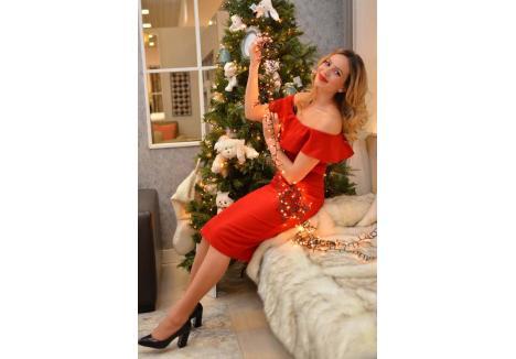 """LA MULȚI ANI! Mihaela se declară onorată şi bucuroasă că a fost aleasă Crăciunița BIHOREANULUI. Tânăra a pozat pentru un pictorial de sezon, """"îmbrăcată"""" în luminițe festive, într-un decor deosebit pus la dispoziţie de magazinul Mobexpert, și a închinat un pahar cu șampanie pentru toți cititorii ziarului"""