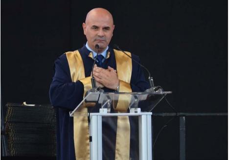 """UN AN CÂT 8. Ales de două ori în fruntea Senatului universitar, în 2012 şi în 2016, Sorin Curilă (foto) a dat impresia unui lider agreat de colegi, dar în ultimul an a fost implicat în scandaluri. A fost reclamat de două ori la Comisia de Etică, o dată de studenţi, fiindcă i-a îndemnat să voteze pentru """"familia tradiţională"""", apoi de prorectoriţele Ligia Burtă şi Marcela Prada, pe care le-a scos de la o şedinţă. Şi-a ridicat în cap şi colegii după ce a refuzat să supună votului un protocol prin care Primăria se angaja să construiască un cămin, motiv pentru care studenţii i-au cerut demisia. Acum, dorinţa li s-a îndeplinit..."""