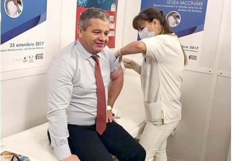 """IMUN LA CRITICI. Florian Bodog s-a vaccinat împotriva gripei pe 25 octombrie, însă contractul pentru achiziţia dozelor necesare campaniei de vaccinare gratuită a populaţiei l-a semnat pe 29 noiembrie, fapt ce explică în parte actuala explozie de îmbolnăviri. De altfel, întregul său mandat a fost unul al crizei de vaccinuri, pentru care nu şi-a asumat nicio responsabilitate, acuzând exclusiv """"greaua moştenire"""""""