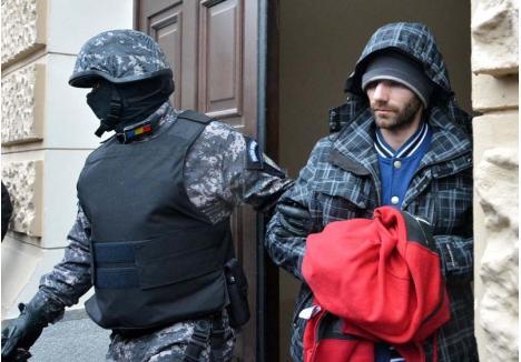 """CRIMINALUL STUDIOS. """"Cazat"""" în Arestul Poliţiei Bihor vreme de 4 luni, după ce a fost adus, obosit şi neîngrijit, din Timişoara, Sorin Rogia (foto) şi-a petrecut timpul citind cărţi aduse de tatăl său, care l-a vizitat periodic. Acum, ucigaşul a fost transferat la Penitenciarul Oradea, unde îşi aşteaptă sentinţa"""