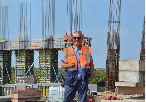 """ÎNTORS DIN DRUM. """"Pentru noi ar fi o mândrie să realizăm tot tronsonul de autostradă din Bihor"""", spunea anul trecut patronul Selina, Beniamin Rus, la semnarea contractului pentru subsecțiunea de 28,55 km dintre Chiribiș-Biharia, pregătindu-se să finalizeze cei 5,35 km dintre Biharia-Borș și cu gândul la licitația pentru cei 26,35 km dintre Chiribiș și Suplacu de Barcău. Acum, însă, ar putea renunța, de nevoie. """"Dacă ne retragem din proiect, cerem daune"""", spune el"""