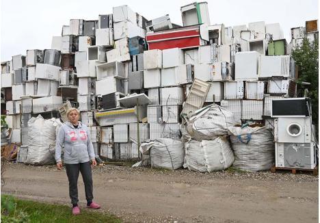 """CREŞTE. Firma Bene Internaţional colectează deşeuri electrice reciclabile din Bihor, Arad, Cluj, Caraş-Severin şi Timiş. O parte dintre acestea se descarcă în depozitul Episcopia Bihor, o alta pe platforma din Tileagd. Doar în acest an, aici au sosit 40 de TIR-uri încărcate cu calculatoare, frigidere, aragazuri, maşini de spălat etc. """"Tot creşte, că nu pleacă nimic"""", spune Maria Duma"""