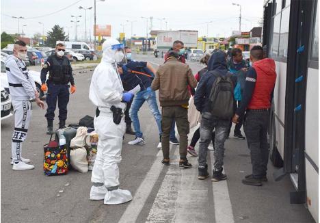 """FUGA ACASĂ. Majoritatea românilor repatriaţi săptămâna trecută sunt muncitori lăsaţi fără pâine de pandemie. """"Cei mai mulţi au făcut zeci de ore pe drumuri, fără un duş, fără o apă proaspătă, fără o mâncare caldă. Sunt aşa de obosiţi că abia aşteaptă să ajungă la carantină"""", povesteşte poliţistul local Ionuţ Jurjea. """"Se întâmplă să te întorci de la Satu Mare şi să primeşti comandă pentru un transport la Arad. Ce să faci? Te duci, că eşti oricum deja echipat"""", glumeşte colegul său, Eugen Cohuţ"""