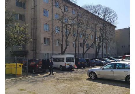 """PAZNICI LA MAŞINI. Şi la centrul de carantină din internatul Colegiului Constantin Brâncuşi musafirii stau pironiţi în geamuri, parcă păzindu-şi maşinile. """"Merţanul ăla-i a' meu!"""", se lăuda un bărbat din Ghiorac"""