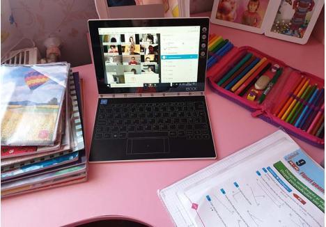 VIDEO-ŞCOALA. Mulţi dintre învăţătorii şi profesorii din Oradea strigă catalogul clasei online, prin videoconferinţe cu elevii. Printre aplicaţiile pe care le pot folosi se numără Skype, Cisco Webex, Zoom, WhatsApp sau chiar Facebook. Pentru elevii de azi, care au crescut înconjuraţi de dispozitive, utilizarea lor este mult mai uşoară decât pentru profesori ori părinţi...