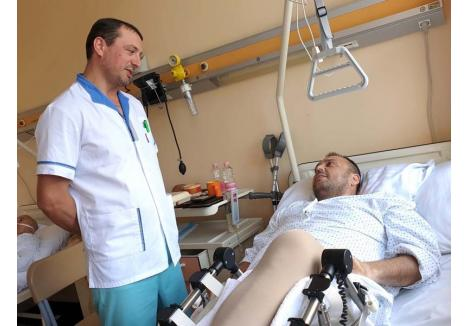 """UN NOU ÎNCEPUT. La doar 40 de ani, dr. Jorgaq Tona (stânga) este singurul medic din Oradea şi printre puţinii din România specializaţi în intervenţii de protezare de şold prin metoda abord direct anterior minim invaziv. """"Mă simt foarte bine. Parcă ar fi o minune"""", spune, după ani de chin, pacientul Tiberiu Silaghi (dreapta), sfătuind bolnavii să nu accepte durerea: """"Dacă ajung ca mine, la 50 de ani, să nu poată face doi paşi, s-ar putea să fie prea târziu"""""""