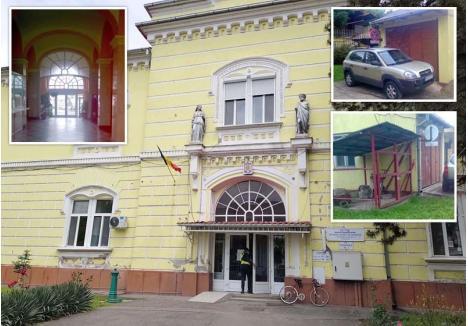 FĂRĂ NUMĂR. La Spitalul Avram Iancu (foto), holul principal nu are iluminat de siguranţă, accesul la remiza PSI e blocat în ciuda indicatorului de interzicere a staţionării, iar din încăperea tehnică lipseşte stingătorul carosat, obligatoriu