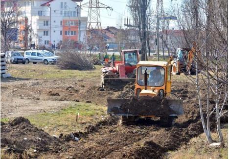 """DRUM DE FIER. Angajaţii firmei Abed Nego au început săptămâna trecută terasarea malului Peţei în spatele Auchan, în pregătirea lucrărilor la viitoarea linie de tramvai. """"Lucrările vor începe în următoarele două săptămâni, pornind din sensul giratoriu de la intersecţia străzilor Oneştilor cu Calea Aradului"""", spune viceprimarul Mircea Mălan"""