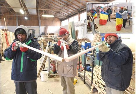 ÎMPREUNĂ. Liton, Arif și Islam lucrează de aproape două luni cot la cot cu angajații români și au învățat toate etapele de prelucrare a lemnului, de la debitare până la frezare. Activitatea lor preferată este ambalarea. Cei trei pregătesc mândri drapelul românesc pentru livrare...