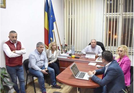 """SCÂRBIT DE LINGĂI. Preşedinte de onoare al Organizaţiei de Pensionari din PSD Bihor, fostul prefect Aurel Tărău se declară """"scârbit"""" că Ioan Mang s-a înconjurat de """"lingăi"""". Judecând după câţi i-au fost alături în duminica alegerilor, nu s-ar fi zis că-s mulţi, dar la şedinţa Biroului Permanent Judeţean s-au dovedit că-s toţi..."""