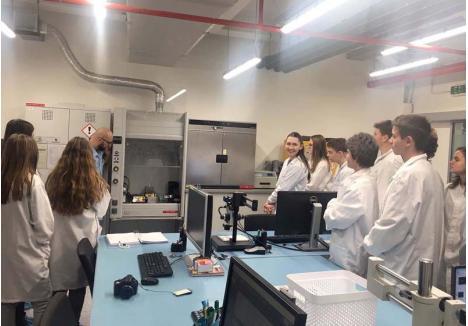 IDEE DE SUCCES. În primăvară, elevii de la Şcoala Gimnazială Oltea Doamna din Oradea şi de la Liceul salontan Arany Janos au fost primii din judeţ care au testat educaţia integrată. În locul orelor de fizică şi chimie, au participat la cursuri de ştiinţe în laboratoarele companiei Celestica, învăţând prin experimentare