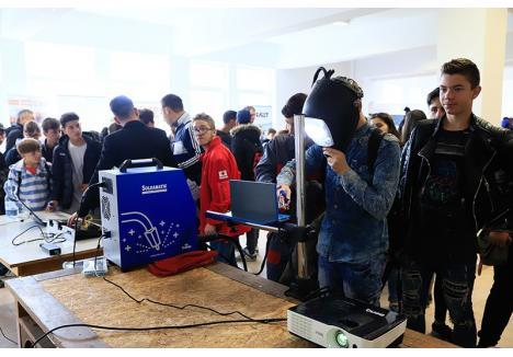 SUDORI DE VREMURI NOI. Una dintre cele două clase de sudori din Bihor, înfiinţată la Liceul Tehnologic nr. 1 Cadea, este locul unde 15 elevi vor învăţa această meserie folosind echipamente moderne. Anul trecut, Consiliul Judeţean a dotat şcoala şi cu un simulator de sudură, tocmai pentru ca elevii să înveţe cât mai bine
