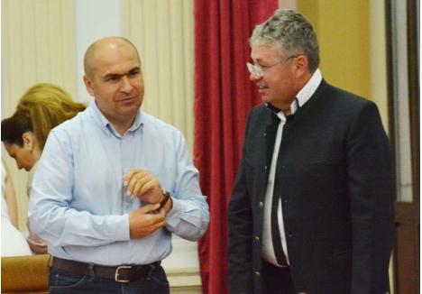 """NE DAŢI, VĂ DĂM. După doi ani în care Consiliul Judeţean condus de Pásztor Sándor (dreapta) a """"sărit"""" oraşele şi comunele cu edili PNL, de anul acesta le oferă şi lor bani pentru echilibrarea bugetelor locale, primarul Ilie Bolojan (stânga) promiţând la schimb finanţarea proiectelor opoziţiei din Oradea"""