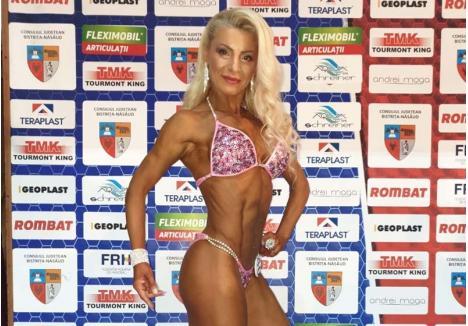 """ÎN MIŞCARE. Daniela Baciu petrece 40 de minute pe banda de alergat, iar după-amiaza încă o oră şi jumătate la aparate. """"Alţii stau la televizor, pe calculator sau tabletă. Eu prefer să-mi petrec timpul liber făcând sport"""""""