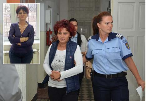 """PARTENERE ŞI LA ZDUP. Daniela Moca (în foto, în perioada arestului) regiza licitaţii şi falsifica acte cu complicitatea Rozicăi Pantea (medalion), funcţionară OCPI. Aceasta primea între 100 şi 300 euro ca să """"fabrice"""" acte funciare în care victimele lui Moca deveneau fictiv proprietare pe imobilele """"vândute"""". Acum, ambele femei au fost condamnate cu executare în primă instanţă"""