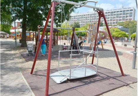 UNIC. Singurul parc din Bihor unde există un aparat de joacă pentru copiii cu handicap locomotor este Orăşelul Copiilor. Clubul Rotary a montat aici un leagăn în care micuţii pot urca cu tot cu scaunul cu rotile. În curând, graţie aceluiaşi ONG, în oraş vor apărea şi alte aparate de joacă destinate micuţilor pe care picioarele nu-i ascultă...
