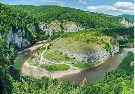 DEAL CU MISTERE. În fiecare vară, numeroşi turişti vizitează peştera Unguru Mare din Şuncuiuş, una dintre cele mai impresionante caverne din defileul Crişului Repede. Puţini ştiu însă că dealul care se înalţă vizavi de peşteră ascunde o fortăreaţă ridicată în epoca fierului (foto: Andrei Posmoşanu)