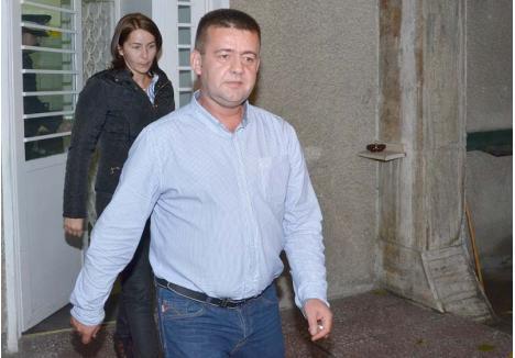 ŞEFIE CU BAIURI. Până să fie arestat preventiv şi suspendat din magistratură, în octombrie 2014, Vasile Popa (foto) a condus, pe rând, Parchetul de pe lângă Judecătoria Oradea și Parchetul de pe lângă Tribunalul Bihor. Procurorul a preluat funcţia în 2012, în urma unui concurs, după ce predecesorul său, Viorel Gavra, fusese exclus din magistratură deoarece ar fi făcut presiuni pe lângă procurorii DNA ca s-o scoată de sub urmărire penală pe soţia sa, anchetată într-un dosar de trafic de influenţă