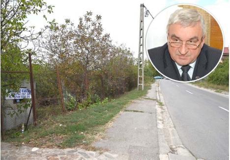 """BLOCAT. Odată cu adoptarea noului PUG al Oradiei, în 2016, terenul fostului consilier local liberal Mihai Manea (medalion) de pe strada Gheorghe Doja (foto) a primit destinaţie de exploataţie pomicolă, chit că se află pe o stradă asfaltată şi e înconjurat pe 3 din cele 4 laturi de terenuri cu construcţii """"Nici să-l vând nu pot"""", se plânge proprietarul"""