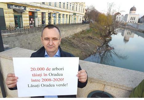 """FĂRĂ NUMĂR. În urmă cu două săptămâni, ecologistul Orlando Balaş (foto) a iniţiat un protest împotriva tăierilor de copaci din Oradea, acuzând administraţia Bolojan că a pus la pământ 20.000 de arbori. În replică, Primăria a comunicat că a tăiat mai puţin de 8.000 copaci din cei 124.000 pe care oraşul îi avea în 2010, când s-a făcut cadastrul verde. """"O minciună! Oradea n-a avut atâţia copaci, pentru că ei au numărat laolaltă şi tufele de trandafir sau de hibiscus, care sunt flori, nu arbori"""", acuză Balaş"""