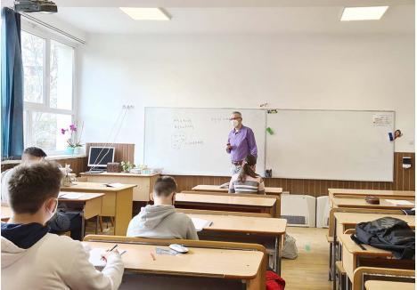 ŞCOALA DIN VACANŢĂ. Deşi în vacanţă, mai mulţi elevi de a VI-a de la Şcoala Gimnazială Dacia erau la şcoală miercurea trecută, la ora de matematică. Profesorul Alin Novac Iuhas, fost inspector general, spune că orele remediale sunt necesare după un an în care lecţiile s-au predat aproape exclusiv online