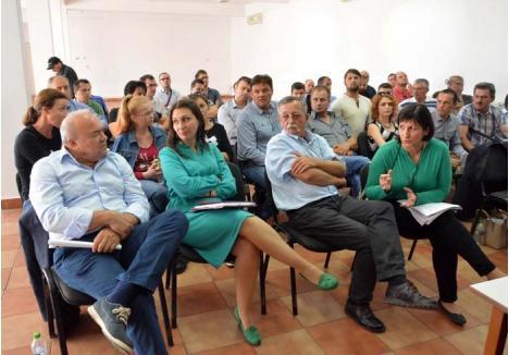 CONTROVERSE. Deşi programată la ora 15, când populaţia activă este încă la muncă, dezbaterea de marţea trecută a reunit circa 40 de participanţi. Patronul Iosif Pazuric (primul din stânga) a venit personal să-şi susţină proiectul în faţa localnicilor şi a orădenilor reprezentaţi de fostul candidat independent Nadia Pal, dar a plecat convins să renunţe la investiţie