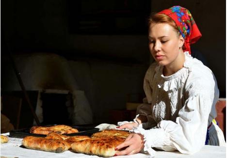 """FESTIVALUL GUSTULUI. Între bunătăţile de la Briheni, oaspeţii se vor putea înfrupta din plăcinte """"pe lopată"""", umplute cu prune ori cu brânză dulce, proaspăt scoase din cuptor (foto: Gheorghe Petrila)"""