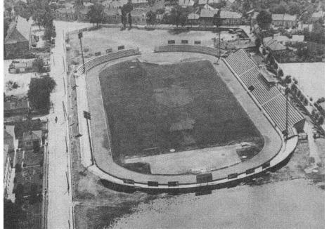 CU NOCTURNĂ. Începând cu anii '60, echipa fanion a oraşului, FC Bihor, evolua pe un stadion modern, dotat cu pistă pentru atletism, gazon de calitate şi instalaţie pentru iluminat nocturn. Ulterior, stadionul a fost modificat prin construirea tribunei II şi a peluzelor, stâlpii nocturnei fiind demontaţi la finele anilor '80 pentru a face loc tribunelor de colţ
