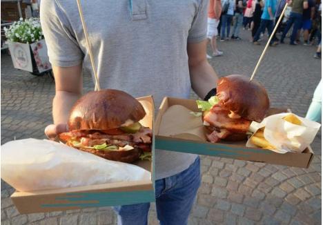 LA BURGERI ÎNAINTE! Organizatorii au anunţat că în Cetate vor veni 40 de food truck-uri, care vor vinde tot soiul de bunătăţi, inclusiv burgeri, cu vită, cu ciolan, vegetarieni şi de alte soiuri, preparate pentru care orădenii au stat la coadă în ediţiile trecute