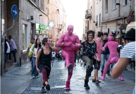 """ÎN STRADĂ. Majoritatea spectacolelor incluse în programul KaravanAct vor fi jucate în stradă, între ele numărându-se """"Invasion"""", o producţie fără dialog, prezentată de actori din Slovenia, care îi vor invita pe orădeni să intre şi ei în jocul lor"""
