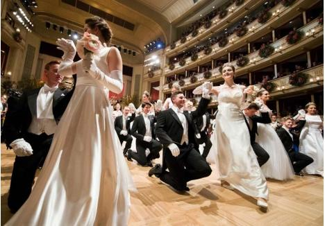 DEBUT CU ELEGANŢĂ. Inspirat din balurile vieneze, evenimentul Primavera Opera Bal va cuprinde şi un moment dedicat mai multor perechi debutante în societate, care vor prezenta, în ţinute de gală, un dans special în faţa publicului (foto: AFP)