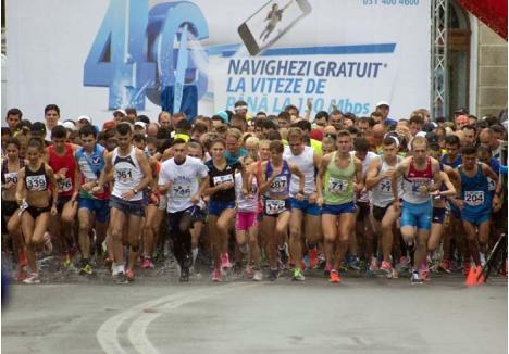 """FUGA PRINTRE STROPI. La ediţia precedentă a semi-maratonului Oradea City Running Day au participat, în ciuda ploii, sute de concurenţi de toate vârstele. """"Competiţia noastră e caracterizată prin energie pozitivă, nimeni nu pleacă dezamăgit"""", spune József Deme, preşedintele clubului organizator, care speră că de data aceasta vremea va fi bună"""