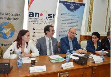 Eleva Antonia Pup (stânga) n-a fost deloc intimidată de ministrul Educaţiei, Ecaterina Andronescu (dreapta)