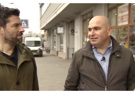 Jurnalistul Alex Dima, alături de primarul Ilie Bolojan. Sursa foto: stirileprotv.ro