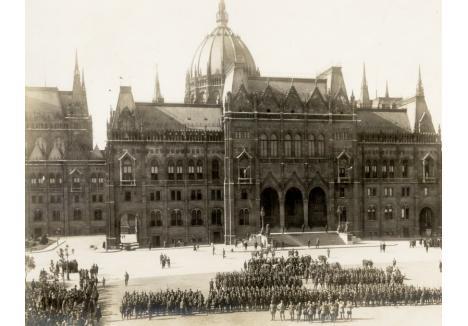AUGUST 1919. Armata Română nu şi-a oprit înaintarea decât în capitala Ungariei. În imagine, formaţiuni de soldaţi români fotografiaţi în faţa Parlamentului din Budapesta