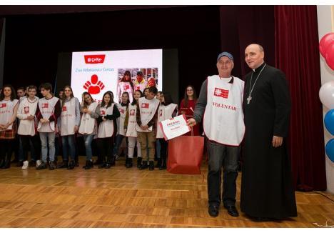 Voluntarul anului 2019, alături de episcopul Virgil Bercea