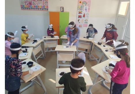 La centrul de zi administrat de DASO merg zilnic copii din familii sărmane şi fac teme, dar şi activităţi extracurriculare. Săptămâna trecută, de exemplu, au învăţat să facă prăjituri (sursa foto: DASO)