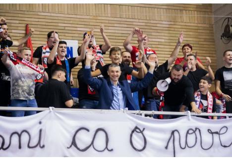 Cristian Achim în mijlocul suporterilor după victoria cu Sibiul (foto: Roby Boros)