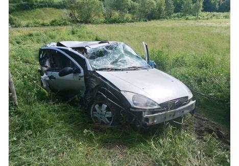 Aşa arată maşina familiei, un autoturism marca Ford, după ce a fost purtată de viitură aproximativ un kilometru