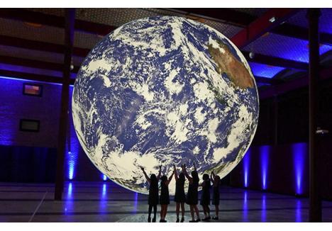 """""""Gaia"""" este opera artistului britanic Luke Jerram și a mai fost expusă numai în străinătate. Dacă orădenii vor sta la 211 metri față de instalație, vor putea vedea exact imaginea Terrei văzută de pe Lună. (sursa foto: nerc.ukri.org)"""