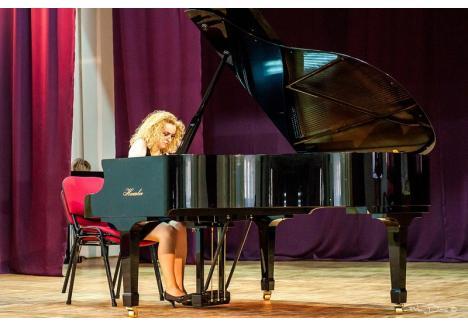 La eveniment va cânta la pian orădeanca Henrietta Varady (Sursa foto: Facebook - Henrietta Varady)