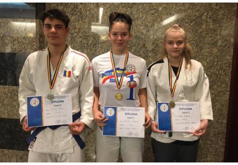 Raul Bodea, vicecampion național (stânga), Iasmina Gyoker, campioană națională (centru) și Bianca Popa, medaliată cu bronz (dreapta)