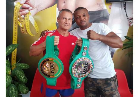 """text foto: Greul """"Junior"""" Makabu împreună cu Ion Marin, preşedintele clubului sportiv Gym Mar Strong în sala căruia s-a antrenat."""