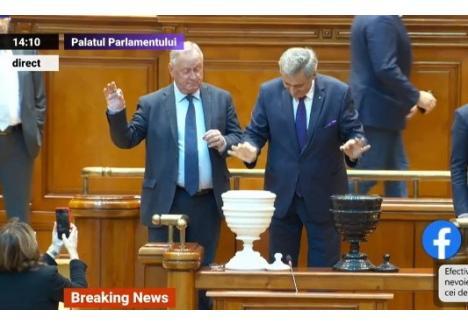 Senatorul de Bihor Cornel Popa (stânga) votând la moţiune