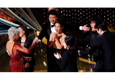 """Marele câștigător al galei a fost filmul """"Parasite"""", o producție sud-coreeană.  (Sursa foto: Livemint.com)"""