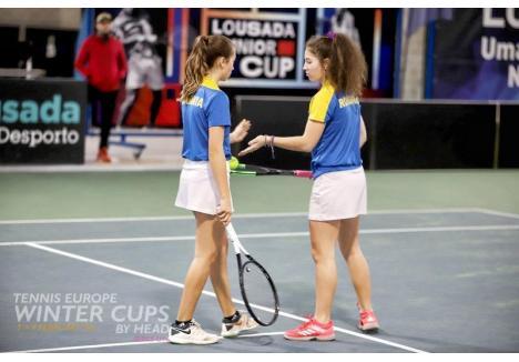 Patricia Goina (dreapta) medaliată cu echipa României în Portugaia (Sursa foto: Facebook CSM Oradea - Tenis)