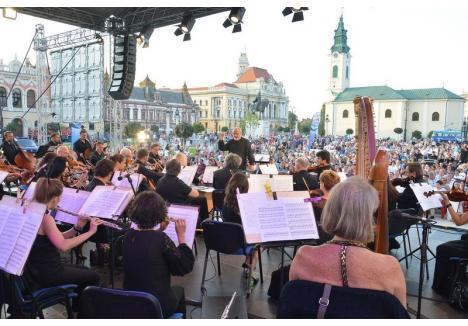 """Concertul simfonic organizat anul trecut de Rotary Oradea, intitulat """"Simfonia Marii Uniri"""", a adunat lume multă în Piaţa Unirii"""