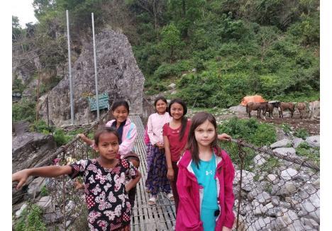 """Prietenoase: Sophie s-a împrietenit repede cu micuțele tibetane, care o """"priveau ca pe un OZN"""" pentru că în acele locuri nu a mai pășit picior de copil alb"""