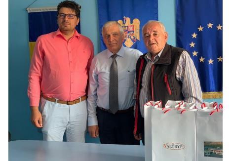Valeriu Trip (mijloc), alături de directorul adjunct al şcolii generale şi de primarul din Dobreşti