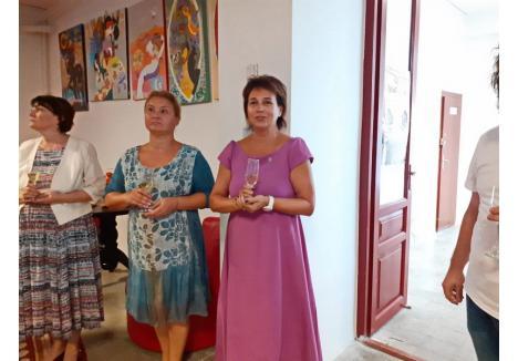 """Președinta clubului Oradea Art Nouveau, Daniela Ionașcu"""" (centru) a prezentat în cadrul unei conferințe noua înfățișare a teatrului """"Arcadia"""""""